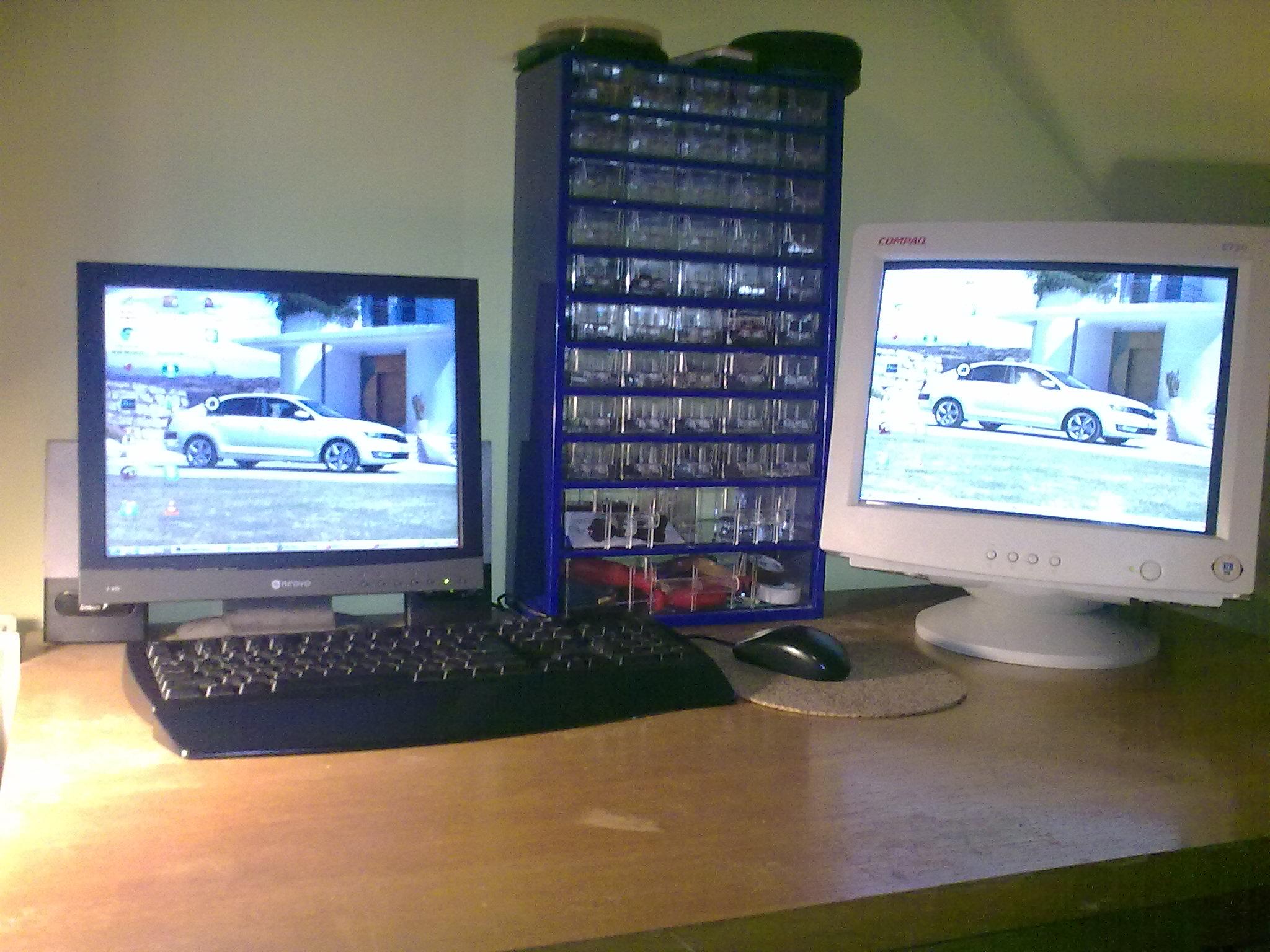 dva monitory